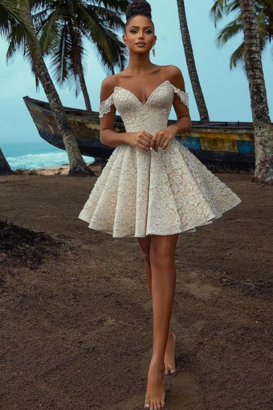 Elegante vestido de fiesta corto floral con hombros descubiertos