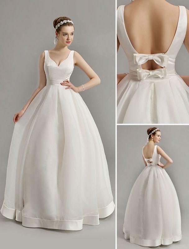 Vintage-inspiriertes Brautkleid mit tiefem V-Ausschnitt und Schleife, verziert mit Cut Out Back