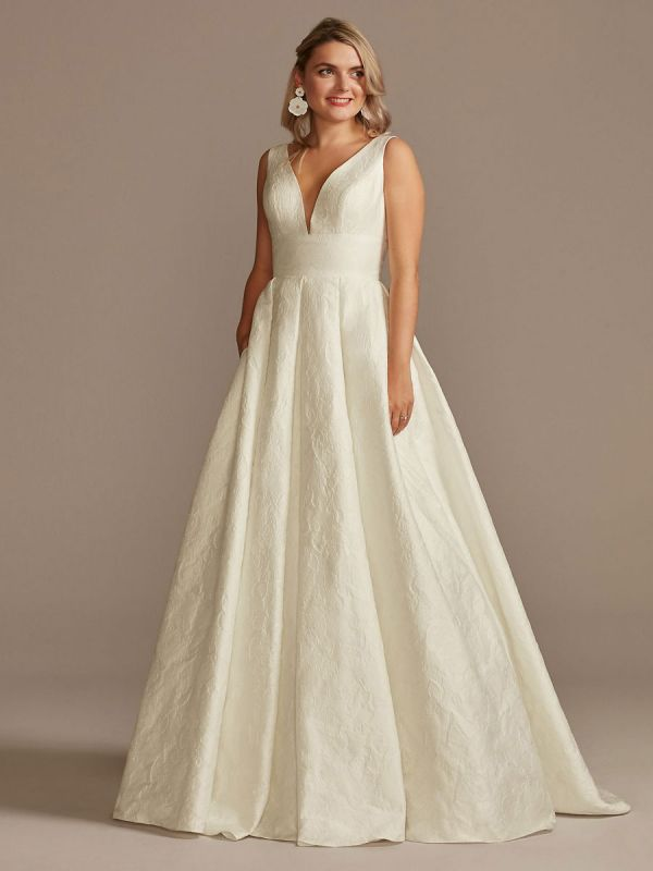White Simple Wedding Dress Lace V-Neck Sleeveless A-Line Court Train Backless Bridal Gowns