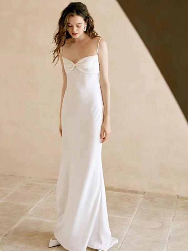 Weißes einfaches Brautkleid aus Polyester mit Ausschnitt Spaghetti-Trägern Schleifen Polyester-Mantel Bodenlange Brautkleider