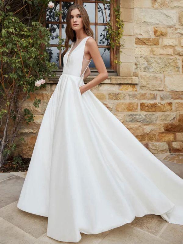 Weißes einfaches Brautkleid A-Linie mit Zug V-Ausschnitt Ärmellose Taschen Satin Stoff Brautkleider
