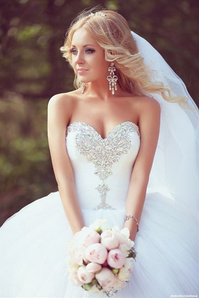 Ball Gown Bridal Dresses Crystals Beading Sweetheart Ruffles Draped Court Train Tulle Wedding Gowns