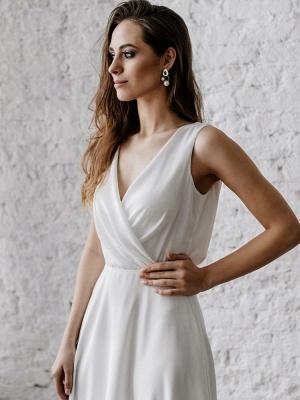Vestido de novia blanco simple con tren Escote en V Sin mangas Sin espalda Encaje Una línea de vestidos de novia de gasa_4