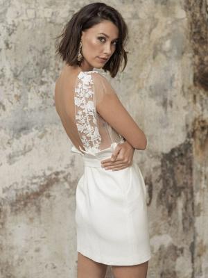Weiße Kurze Brautkleider Illusionsausschnitt Jewel Neck Kurze Ärmel Mantel Natürliche Taille Spitze Schleifen Cut-Outs Rüschen Brautkleider_4