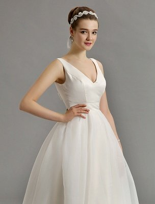 Vintage-inspiriertes Brautkleid mit tiefem V-Ausschnitt und Schleife, verziert mit Cut Out Back_9